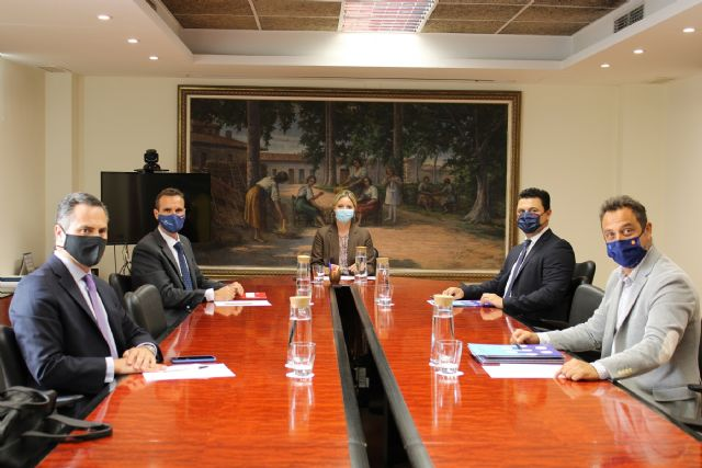 El alcalde presenta la vertiente empresarial del proyecto San Javier, Ciudad del Aire a la consejera de Empresa, Industria y Portavocía - 1, Foto 1