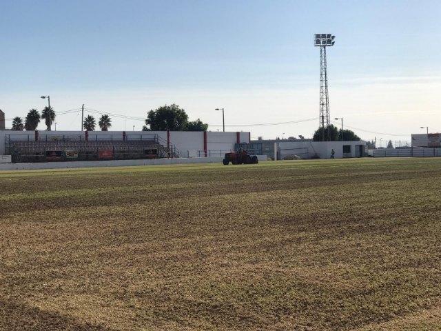 Acometen la resiembra de invierno del c�sped del estadio municipal Juan Cayuela para iniciar con garant�as la nueva temporada, Foto 2