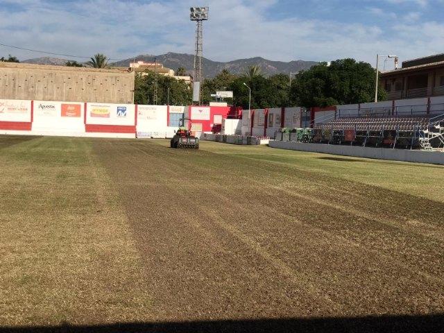Acometen la resiembra de invierno del c�sped del estadio municipal Juan Cayuela para iniciar con garant�as la nueva temporada, Foto 3