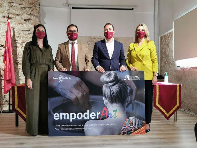 Las direcciones generales de Artesanía y de Mujer presentan en Lorca el proyecto 'Empoder-Arte', para la formación y empoderamiento de mujeres vulnerables - 1, Foto 1