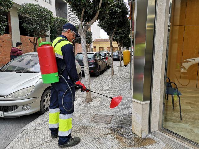 Beniel inicia una intensiva campaña de limpieza contra los orines de mascotas empleando una novedosa técnica - 1, Foto 1