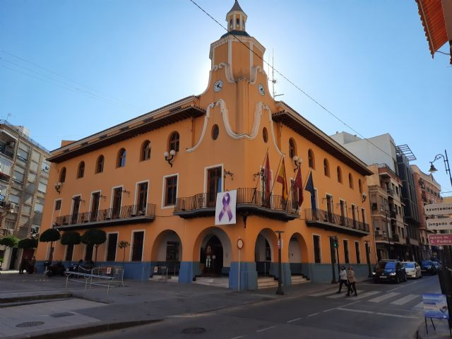 El Ayuntamiento instala un lazo morado como símbolo del compromiso en la lucha contra la violencia de género - 1, Foto 1