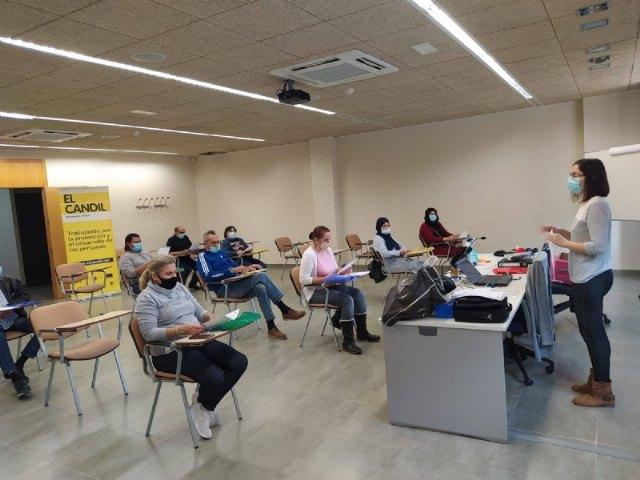 15 personas desempleadas se forman en limpieza de superficies y mobiliario con el Proyecto Labor - 1, Foto 1