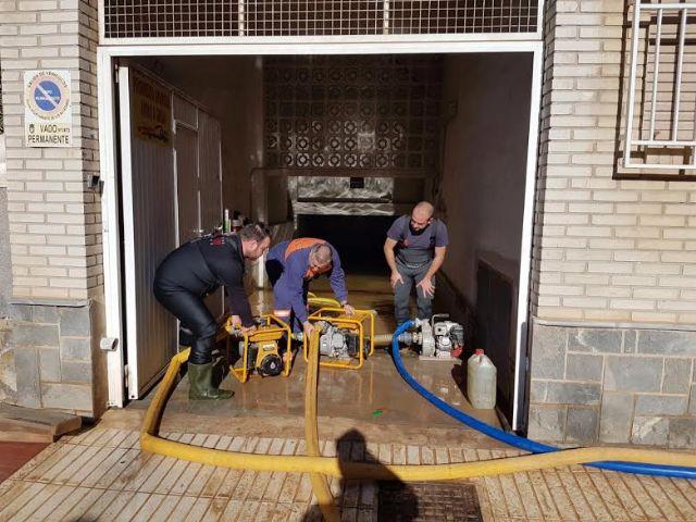 Protección Civil de Totana coopera en las labores de achique de agua en viviendas en Los Alcázares tras las inundaciones - 1, Foto 1