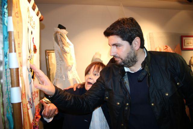 López Miras inaugura la exposición ´La pintura de los hilos´, de Manola Puche - 1, Foto 1