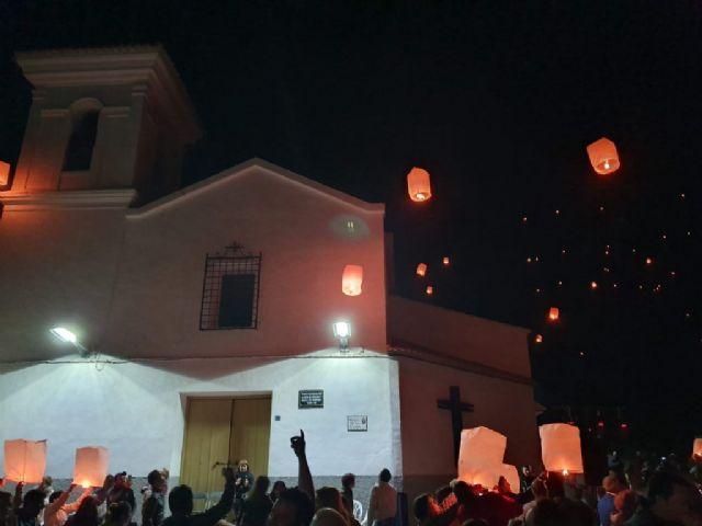 Numerosos farolillos llenaron el cielo de Campos del Río de luz y solidaridad para apoyar a las enfermedades raras - 1, Foto 1
