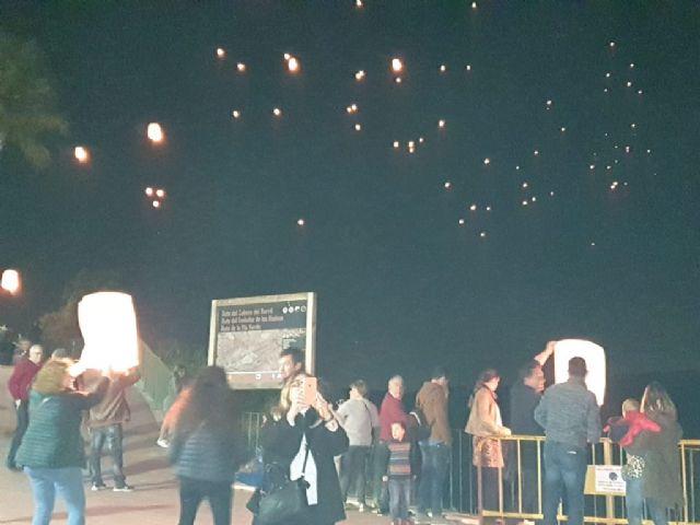 Numerosos farolillos llenaron el cielo de Campos del Río de luz y solidaridad para apoyar a las enfermedades raras - 2, Foto 2