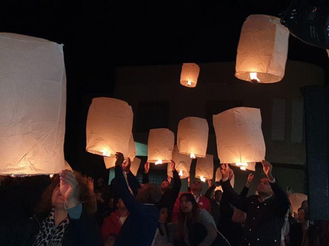 Numerosos farolillos llenaron el cielo de Campos del Río de luz y solidaridad para apoyar a las enfermedades raras - 4, Foto 4