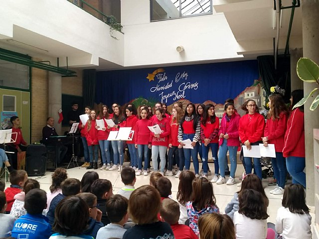 The students of the Choir and the Music Band of the IES Juan de la Cierva and Codorníu offered several Christmas concerts