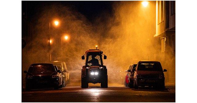 Un tractor desinfectando las calles de Alginet (Valencia) durante la pandemia. Autor: César March Hervás. Finalista de FotoRural 2020., Foto 1