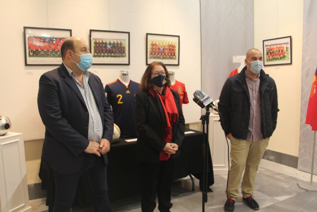 Las camisetas históricas de la Selección Española de Fútbol se cuelgan en el Museo Barón de Benifayó - 1, Foto 1