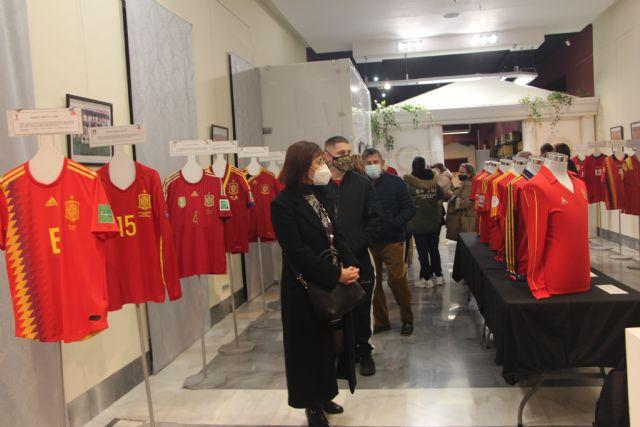Las camisetas históricas de la Selección Española de Fútbol se cuelgan en el Museo Barón de Benifayó - 3, Foto 3