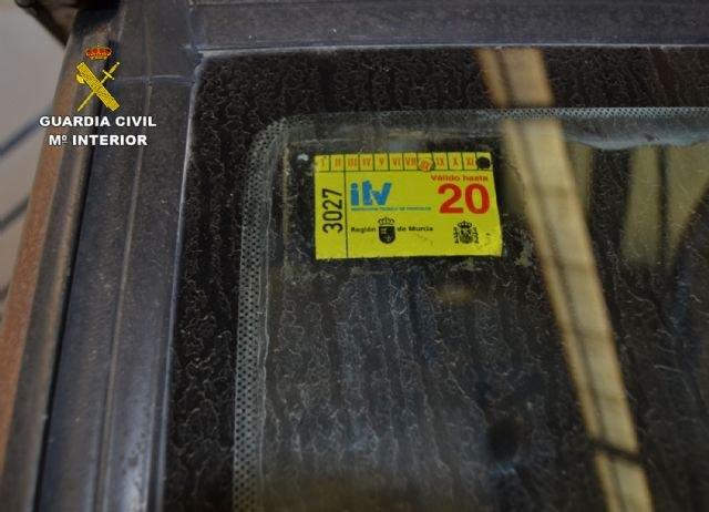 La Guardia Civil investiga a un conductor por delito de falsedad documental de la pegatina de la ITV, en Mazarrón, Foto 1