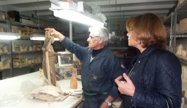 La directora de comercio visita un taller de figuras - Belenes puente tocinos ...