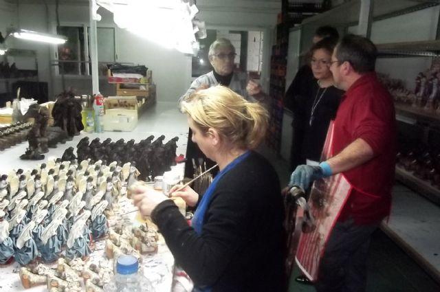 La directora de Comercio visita un taller de figuras artesanales de inspiración barroca en Puente Tocinos - 2, Foto 2