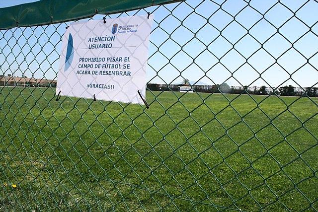 El Lorca Fútbol Club acomete y financia los trabajos de resiembra del campo de césped natural del Polideportivo Municipal, Foto 1