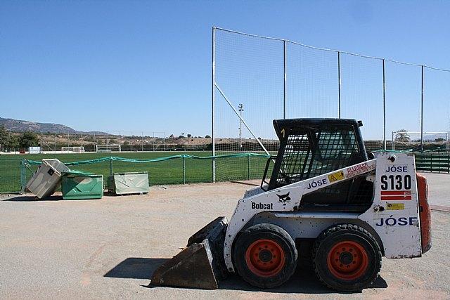 El Lorca Fútbol Club acomete y financia los trabajos de resiembra del campo de césped natural del Polideportivo Municipal, Foto 2