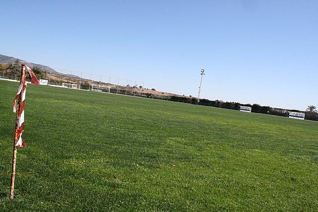 El Lorca Fútbol Club acomete y financia los trabajos de resiembra del campo de césped natural del Polideportivo Municipal, Foto 3