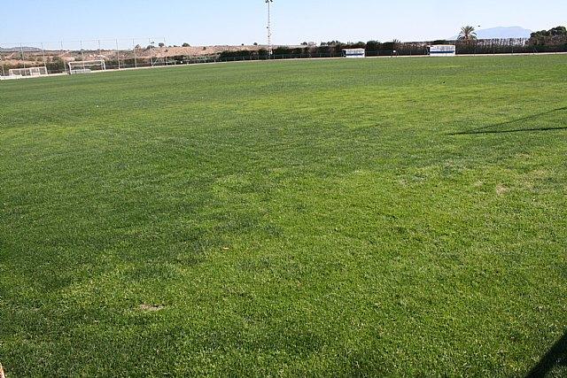 El Lorca Fútbol Club acomete y financia los trabajos de resiembra del campo de césped natural del Polideportivo Municipal, Foto 4