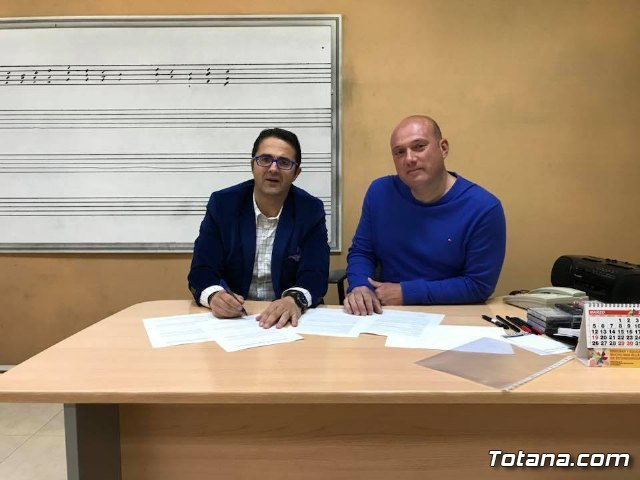 The Totana Music Association signs a collaboration agreement with the Brotherhood of Santa María Magdalena to participate in the Holy Week of Totana - 2