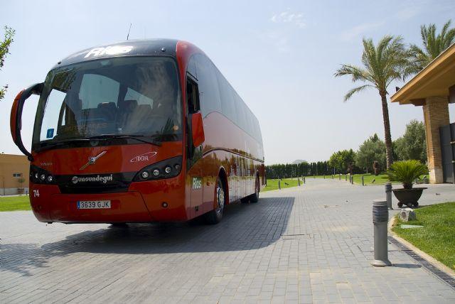Las empresas de autobuses contribuyen a paliar las restricciones de movilidad transportando a trabajadores de fincas y empresas agrarias de la Región de Murcia - 1, Foto 1