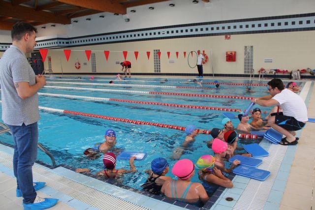 Los cuatro colegios de Puerto Lumbreras se unen al programa de natación escolar para mejorar las habilidades acuáticas de los escolares - 2, Foto 2