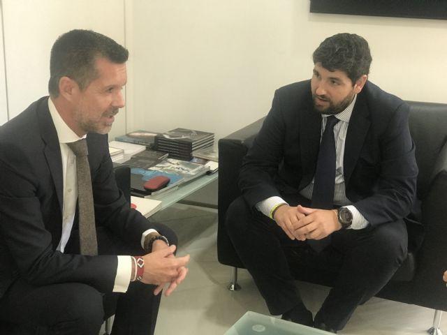 López Miras se reúne con el director gerente del Palacio de Ferias y Exposiciones de la Región (Ifepa) - 2, Foto 2