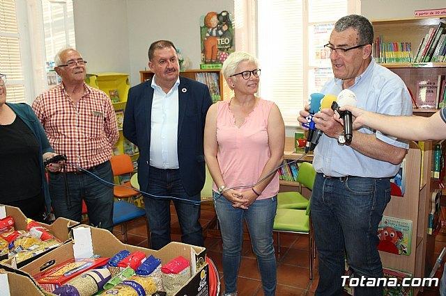 Entregan a Cáritas de ambas parroquias los alimentos recogidos en el transcurso de la campaña de donación solidaria en la biblioteca - 3, Foto 3