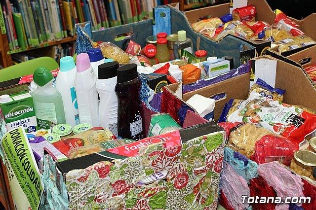 Entregan a Cáritas de ambas parroquias los alimentos recogidos en el transcurso de la campaña de donación solidaria en la biblioteca - 5, Foto 5
