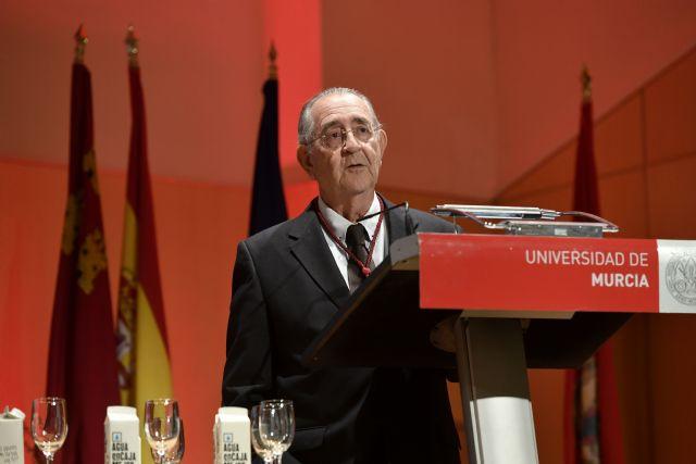 143 profesores de más de treinta universidades participan en el libro homenaje al profesor de la UMU Juan Roca - 1, Foto 1