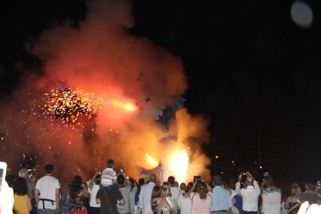 Cientos de vecinos disfrutan la noche de San Juan en San Pedro del Pinatar - 2, Foto 2