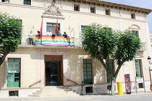 La bandera arcoíris ya luce en el balcón principal del Ayuntamiento con motivo de la celebración de la Semana por el Respeto y la Igualdad LGTBI en Totana