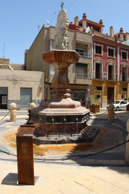 They install a bronze replica of the Juan de Uzeta Fountain with a QR code that offers added information about this monument and a braille reader for the visually impaired, Foto 2