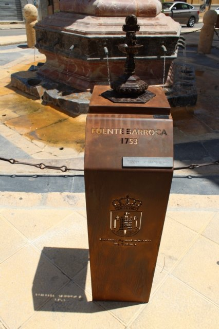 They install a bronze replica of the Juan de Uzeta Fountain with a QR code that offers added information about this monument and a braille reader for the visually impaired, Foto 3