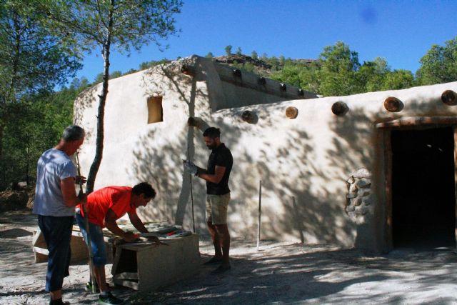 La réplica de la nueva casa argárica impulsará a partir del próximo otoño el yacimiento de La Bastida y permitirá que los visitantes del poblado comprendan mejor el estilo de vida de la Edad de Bronce, Foto 1