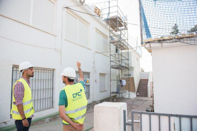 Rehabilitan las cubiertas del techado del CEIP Manuela Romero, Foto 1