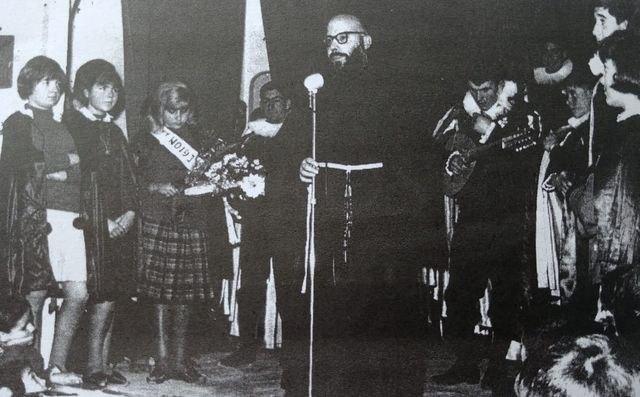 El Padre Crisóstomo junto a miembros de la Tuna, Foto 2