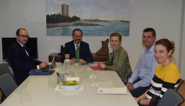 La alcaldesa se reúne con el consejero de Empleo, Universidades, Empresa y Medio Ambiente para encontrar soluciones a la situación de Halcón Foods - 1, Foto 1