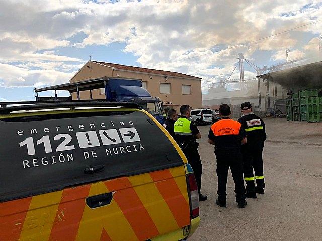 Bomberos apagan el incendio declarado en un secadero de pimientos en las afueras de Totana, Foto 1