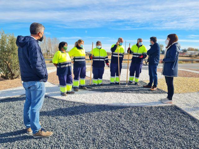 Las siete rotondas de acceso a las pedanías de Caravaca mejoran su imagen con un programa de empleo público dirigido por el Ayuntamiento - 2, Foto 2
