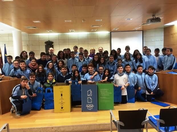 "Students of the ""La Milagrosa"" attend a briefing in which he disclosed the implementation of the recycling process of ""Ecoembes"""