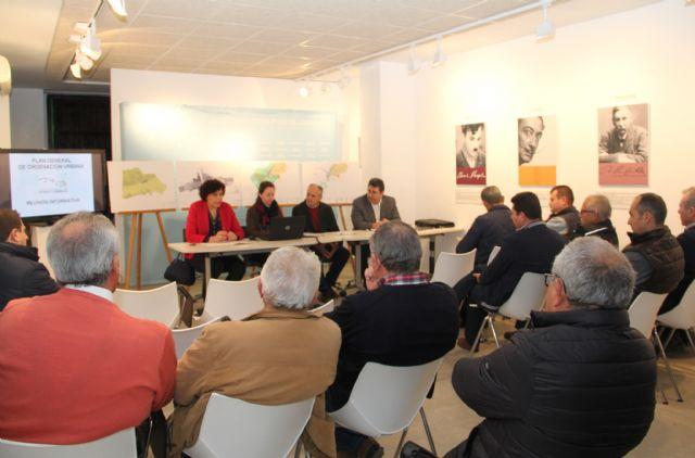 La Alcaldesa se reúne con asociaciones y colectivos del municipio para analizar el documento de avance del Plan General Municipal de Ordenación Urbana - 2, Foto 2