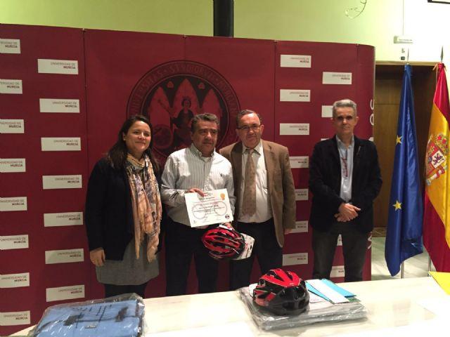 El Ayuntamiento premia a los creadores de los mejores logos de la nueva asociación de usuarios de la bicicleta de la UMU - 1, Foto 1