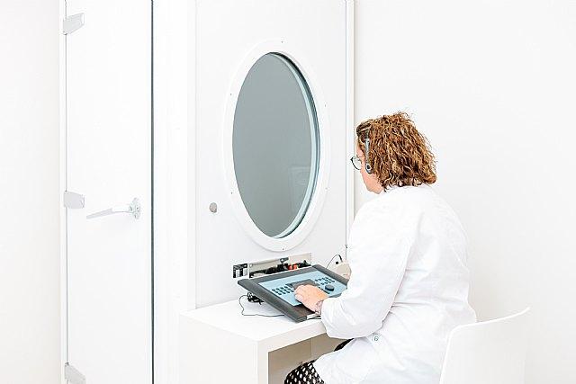 Los expertos de Óptica & Audiología Universitaria recomiendan revisar la audición al menos una vez al año., Foto 1