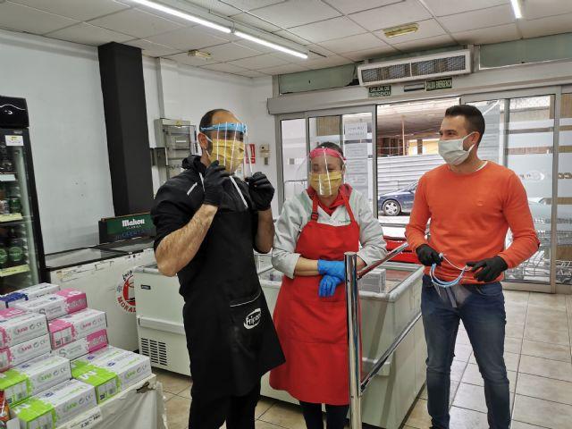 El Ayuntamiento de Puerto Lumbreras reparte 300 pantallas de autoprotección a los trabajadores de los comercios - 1, Foto 1
