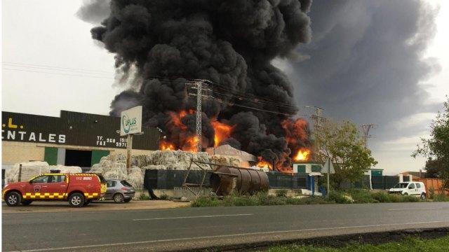 Incendio en Fuente Álamo. Bomberos trabajan en la extinción del incendio declarado en una nave industrial de inyección de plástico - 1, Foto 1