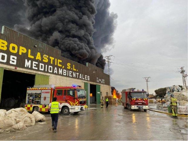 Incendio en Fuente Álamo. Bomberos trabajan en la extinción del incendio declarado en una nave industrial de inyección de plástico - 2, Foto 2