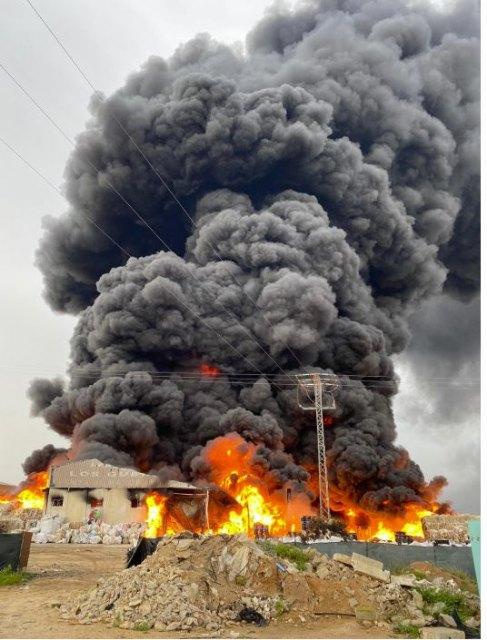 Incendio en Fuente Álamo. Bomberos trabajan en la extinción del incendio declarado en una nave industrial de inyección de plástico - 3, Foto 3