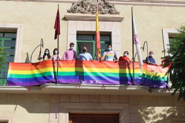 [Colocan la bandera LGTBI en la fachada consistorial para visibilizar la defensa de los derechos de este colectivo ciudadano con motivo del Día Internacional del Orgullo