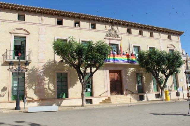Colocan la bandera LGTBI en la fachada consistorial para visibilizar la defensa de los derechos de este colectivo ciudadano con motivo del Día Internacional del Orgullo - 2, Foto 2